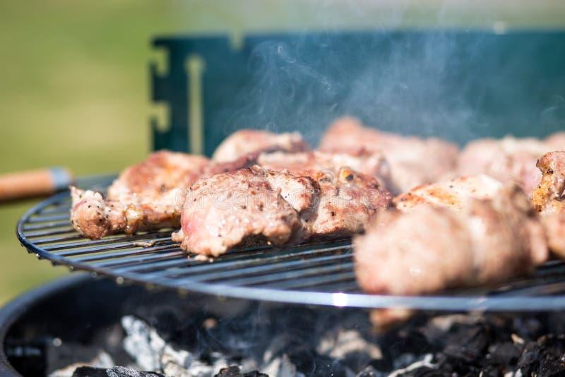 Taglio della carne suina sul barbecue Gril immagine stock libera da diritti
