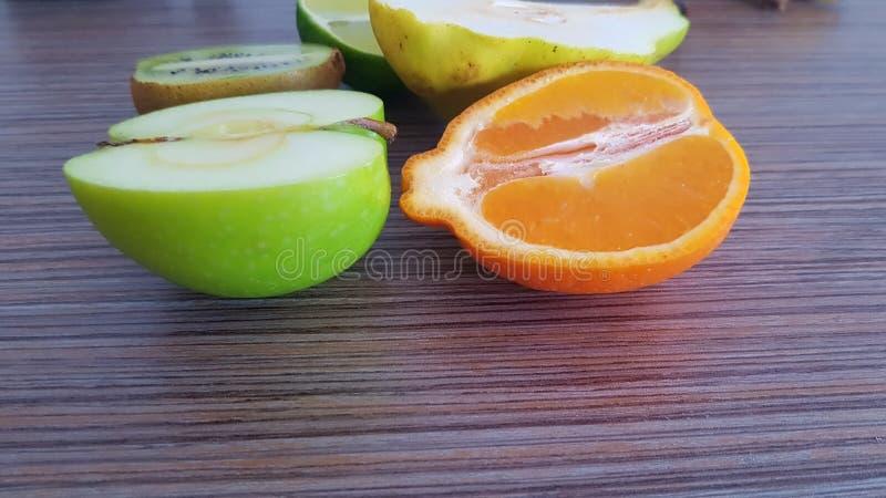 Taglio della frutta fresca a metà fotografie stock libere da diritti