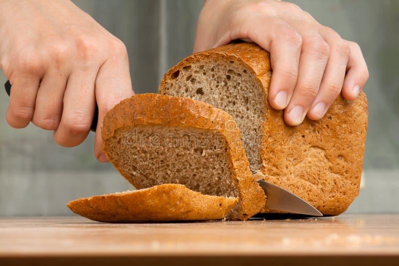 Taglio della pagnotta di pane fotografia stock libera da diritti