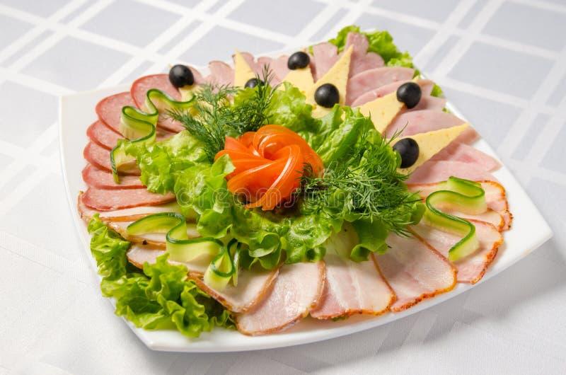 Taglio di banchetto con il prosciutto, le squisitezze della carne, il formaggio, la salsiccia fumata, l'oliva, la lattuga ed il p fotografie stock libere da diritti