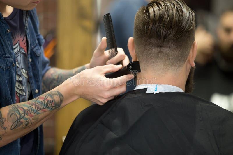 Taglio di capelli alla moda in parrucchiere fotografia stock
