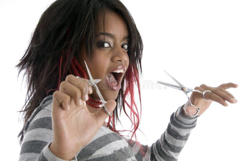 Taglio di capelli che hairstyling - donna con le forbici fotografia stock libera da diritti