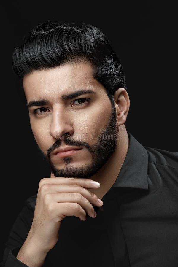 Taglio di capelli degli uomini Uomo con stile di capelli, la barba ed il ritratto del fronte di bellezza fotografie stock libere da diritti