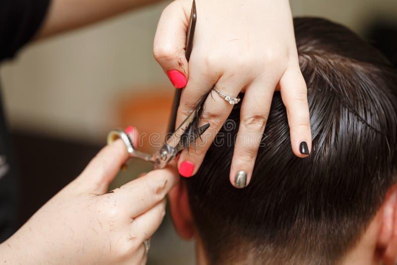Taglio di capelli del ` s degli uomini immagine stock
