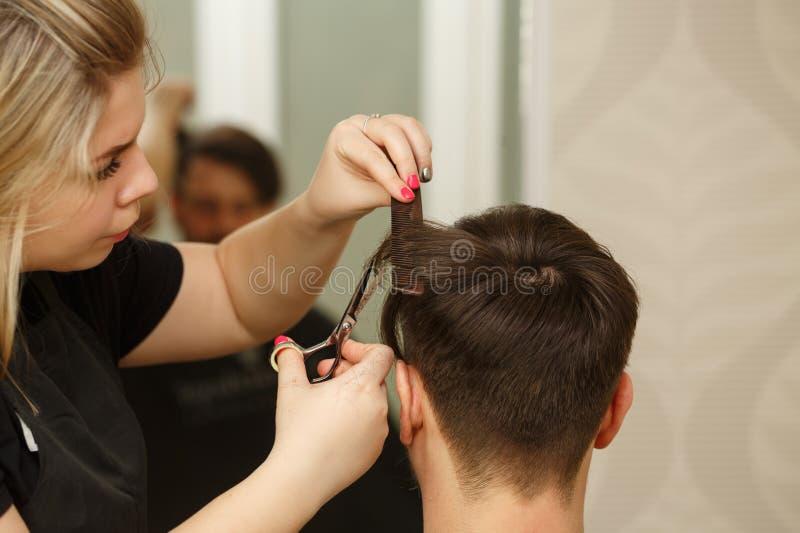 Taglio di capelli del ` s degli uomini immagine stock libera da diritti