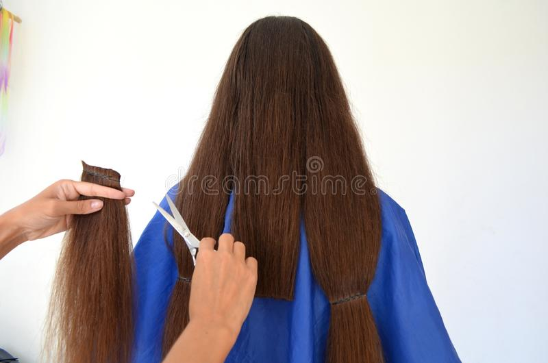 Taglio di capelli su capelli realmente lunghi fotografia stock