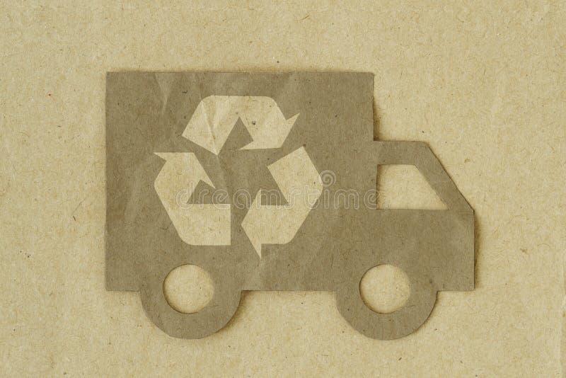 Taglio di carta del camion con il riciclaggio del simbolo su fondo di carta riciclato - concetto verde del trasporto illustrazione vettoriale
