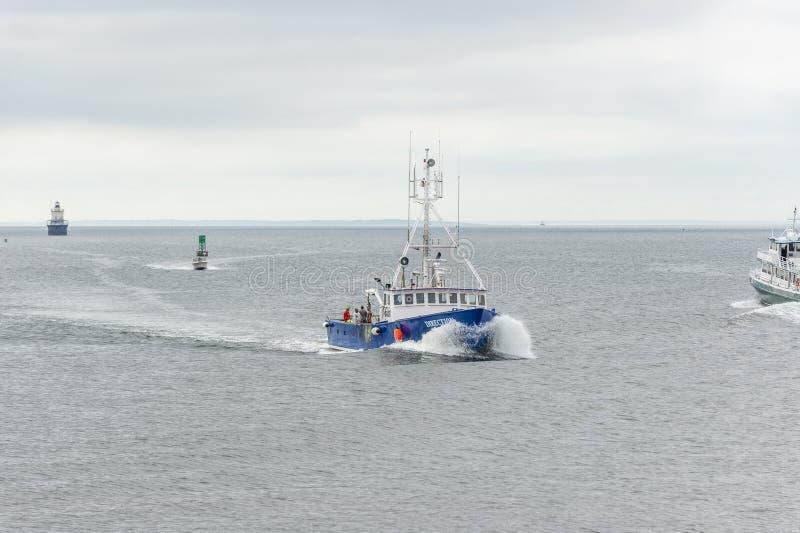 Taglio di direzione della barca dell'aragosta con il risveglio del traghetto sull'approccio a New Bedford immagini stock libere da diritti