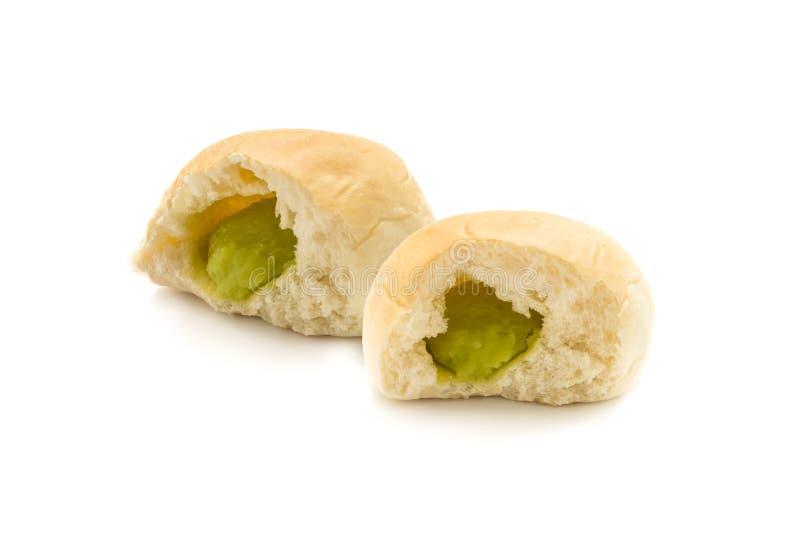 Taglio di riempimento del pane del panino due a metà per mostrare crema verde fotografia stock