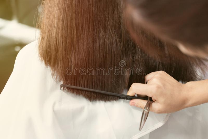 Taglio femminile dei capelli fotografia stock