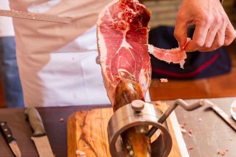 Taglio iberico del prosciutto con il coltello fotografia stock libera da diritti