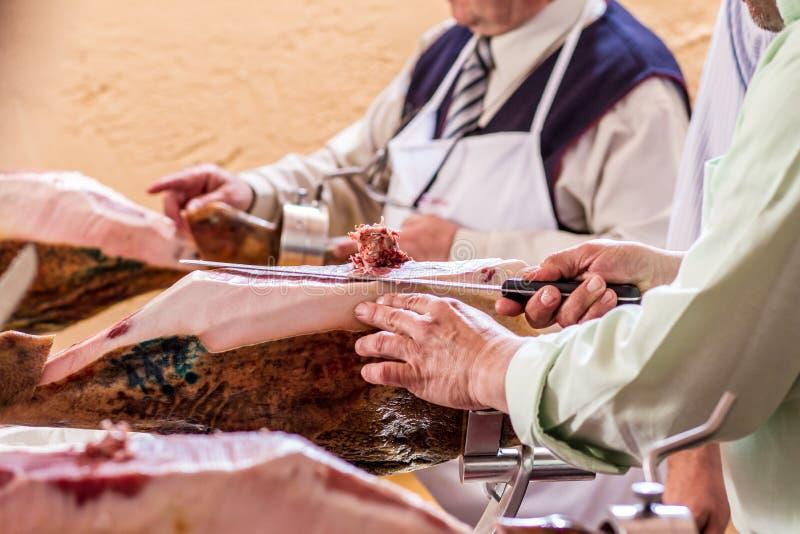 Taglio iberico del prosciutto con il coltello fotografie stock libere da diritti