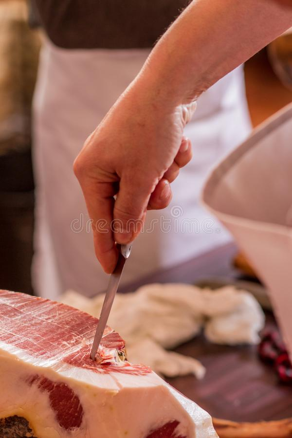 Taglio iberico del prosciutto con il coltello fotografie stock