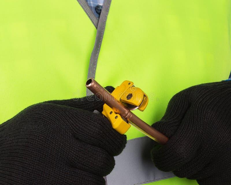 Taglio matrice un tubo di rame con una taglierina di tubo fotografie stock libere da diritti