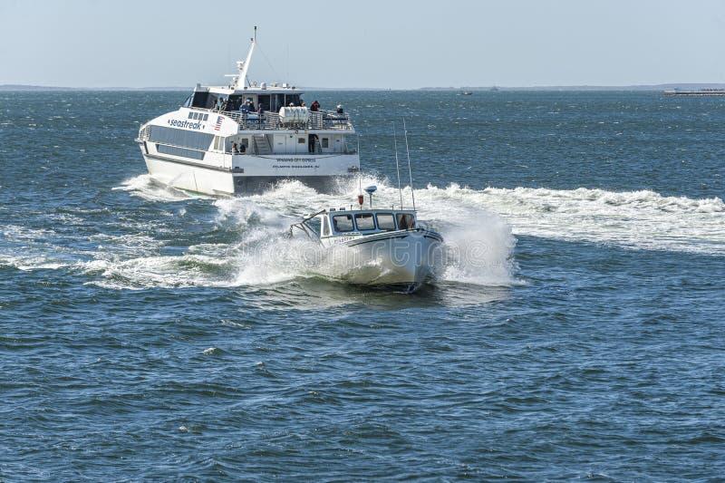 Taglio rivale dei pettiross della barca dell'aragosta con il risveglio del traghetto immagini stock libere da diritti