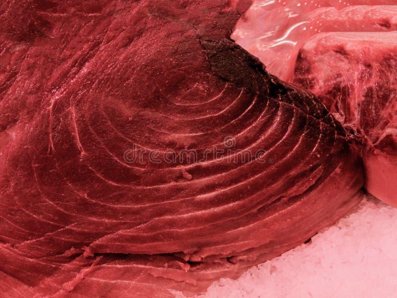 Taglio rosso del tonno sul mercato immagine stock