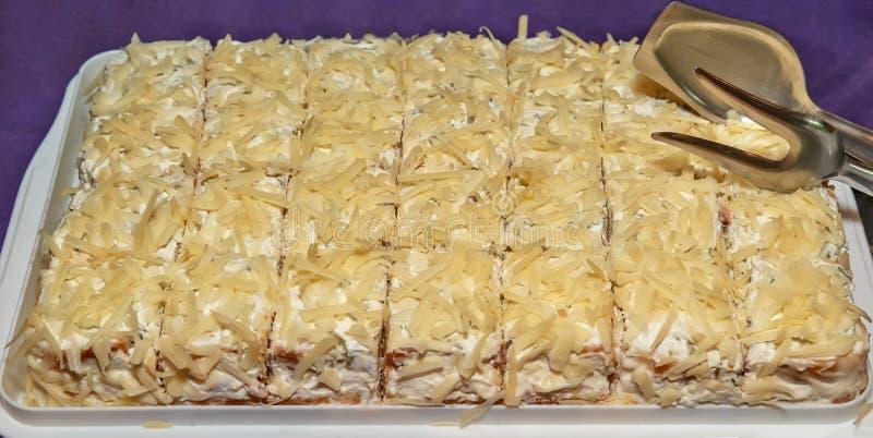 Taglio salato del dolce ai pezzi fotografie stock