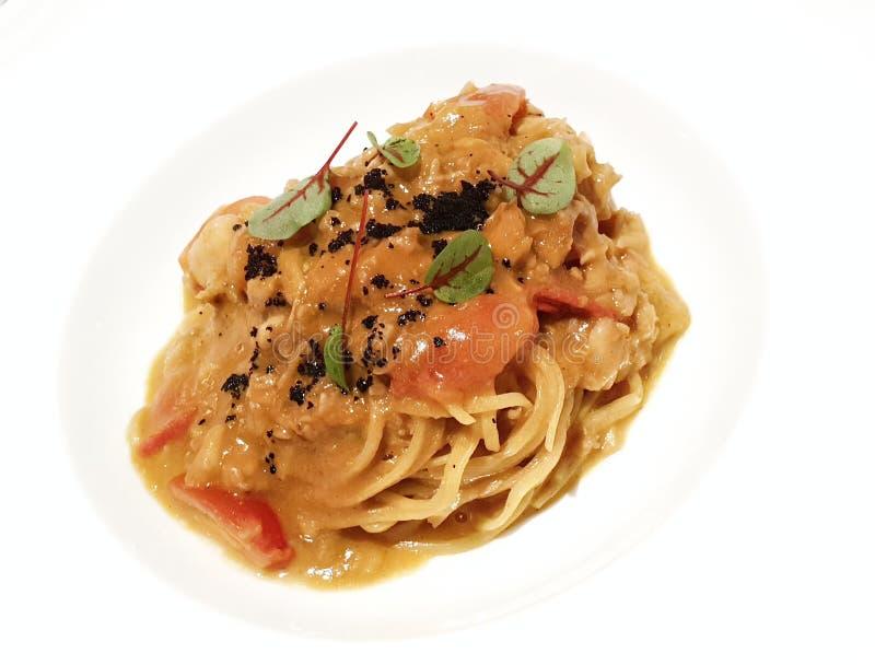 Tagliolini con el cangrejo de la llave inglesa, los tomates del pachino y salmoriglio fotos de archivo