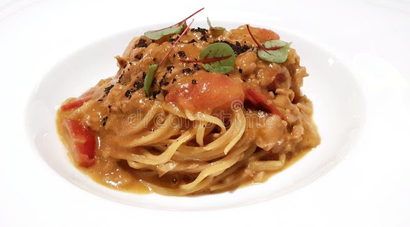 Tagliolini con el cangrejo de la llave inglesa, los tomates del pachino y salmoriglio foto de archivo libre de regalías