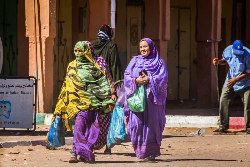 Tagounite, Maroc - 10 octobre 2013 La vie sur la rue - femmes dans des vêtements traditionnels photographie stock