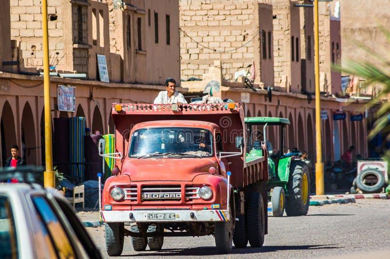 Tagounite Marocko - Oktober 10, 2013 Liv på gatan - man som går på lastbilen royaltyfri bild