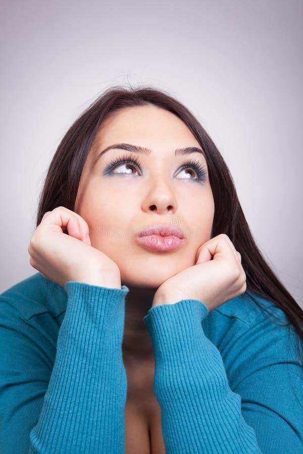 Tagtraumkonzept - recht wünschenswerte Frau lizenzfreies stockfoto