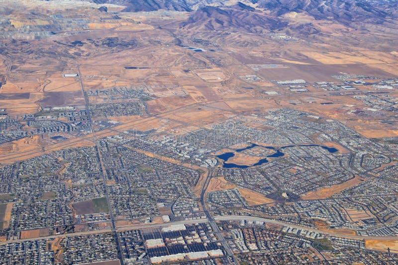 Tagungssee und Gemeinschafts- und Oquirh-Bergbahnen, Kupfer-Bergwerk, Wasatch Front Rocky Mountains aus dem Flugzeug im Herbst Al lizenzfreie stockfotos