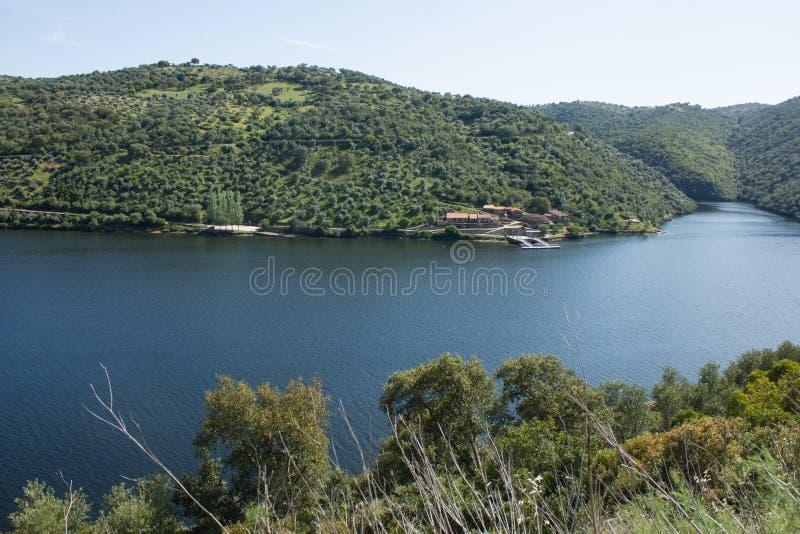 Tagus River i dess internationella kurs mellan Spanien och Portugal royaltyfri bild