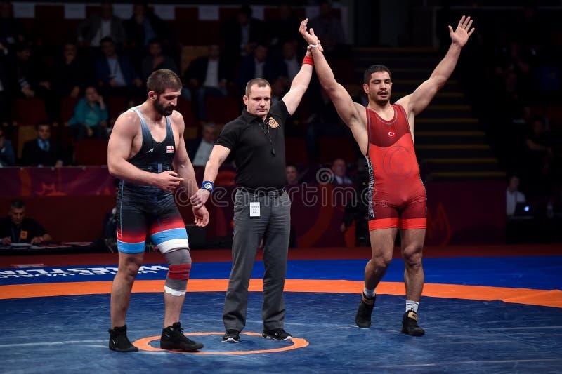 Taha Akgul von der Türkei, konkurriert gegen Geno Petriashvili, von Georgia, während der europäischen ringend Meisterschaft in lizenzfreie stockfotos