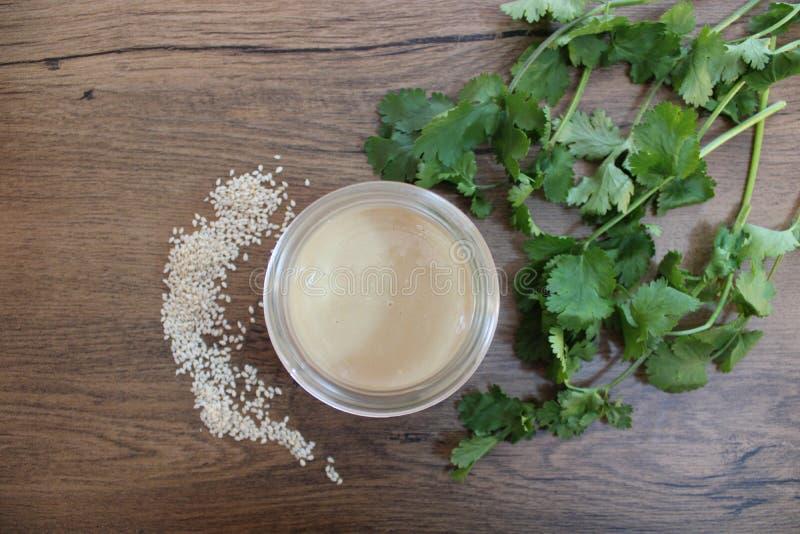 Tahini - condimento dei semi di sesamo di Orientale immagini stock