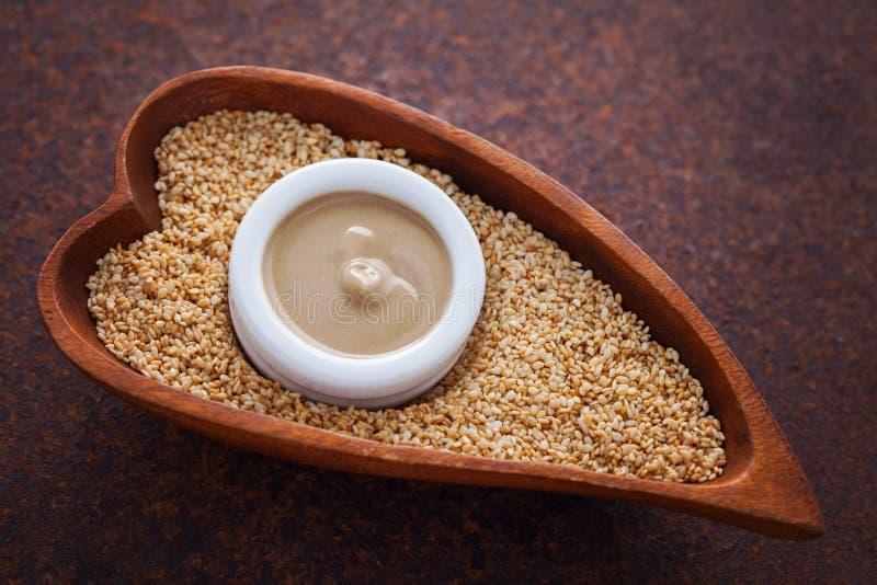 Tahini et graines de sésame photo libre de droits