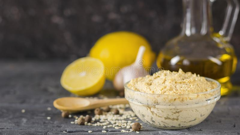 Tahini fresco della pasta dai semi di sesamo al falafel immagini stock