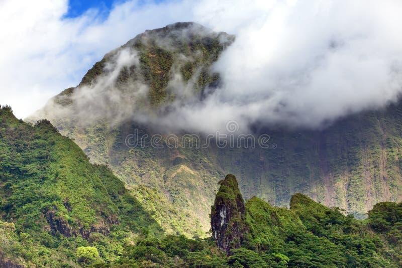 tahití polinesia Nubes sobre un paisaje de la montaña imagen de archivo