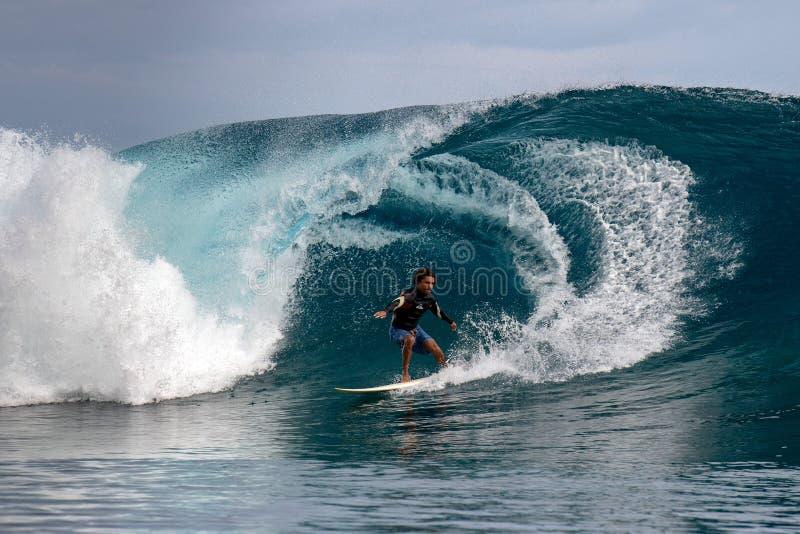 TAHITI, FRANZÖSISCH-POLYNESIEN - 5. August 2018 - Surfertraining Tage vor Wettbewerb Billabong Tahiti an Teahupoo-Riff lizenzfreies stockbild