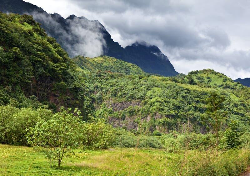 tahiti polynesia Nuvens sobre uma paisagem da montanha imagem de stock