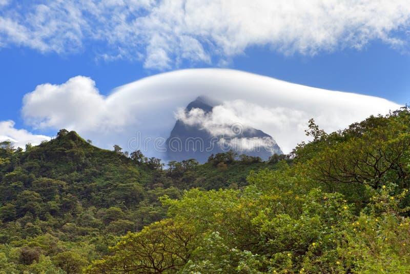 tahiti polynesia Nuvens sobre uma paisagem da montanha imagens de stock