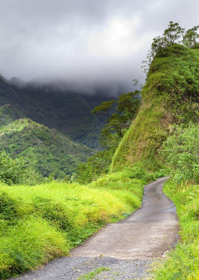 tahiti polynesia Nuvens sobre uma paisagem da montanha fotos de stock royalty free