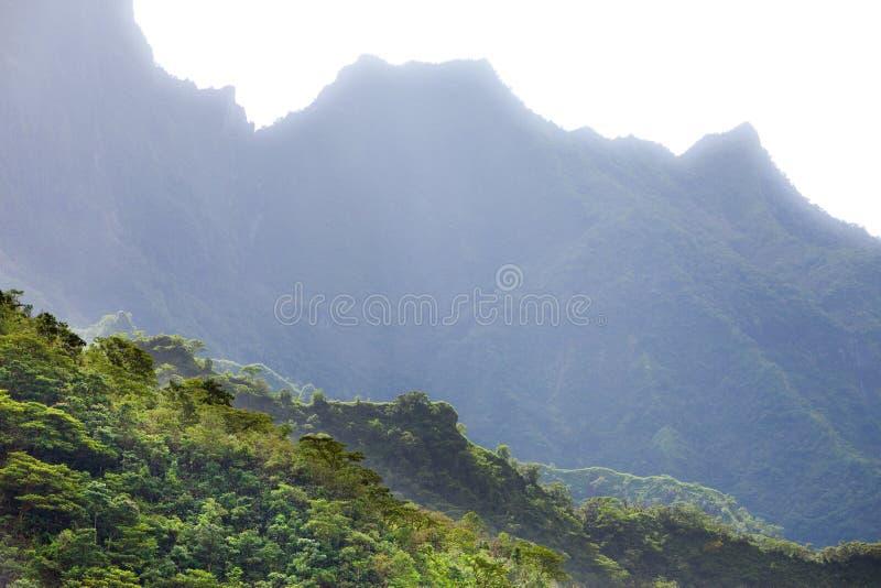 tahiti polynesia Nuvens sobre uma paisagem da montanha fotos de stock