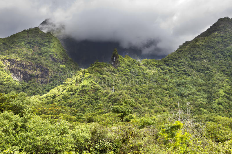tahiti polynesia Nuvens sobre uma paisagem da montanha imagem de stock royalty free