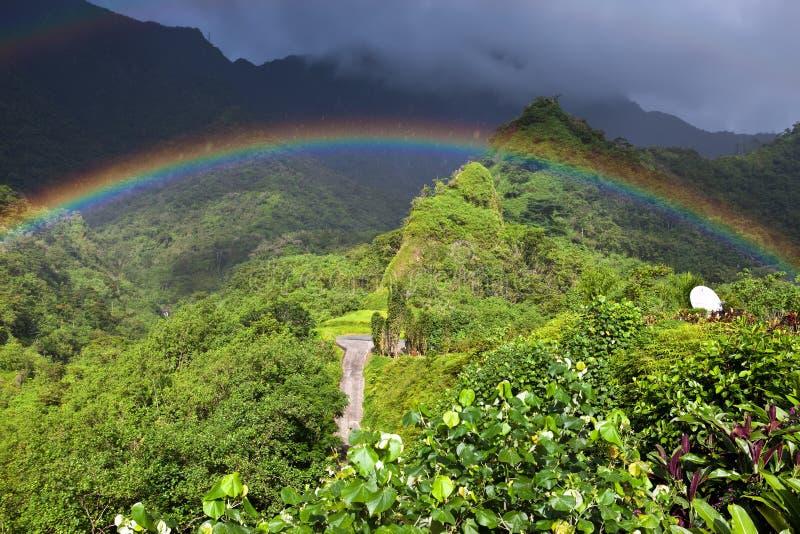 tahiti polynesia Nuvens sobre uma paisagem e um arco-íris da montanha imagem de stock royalty free