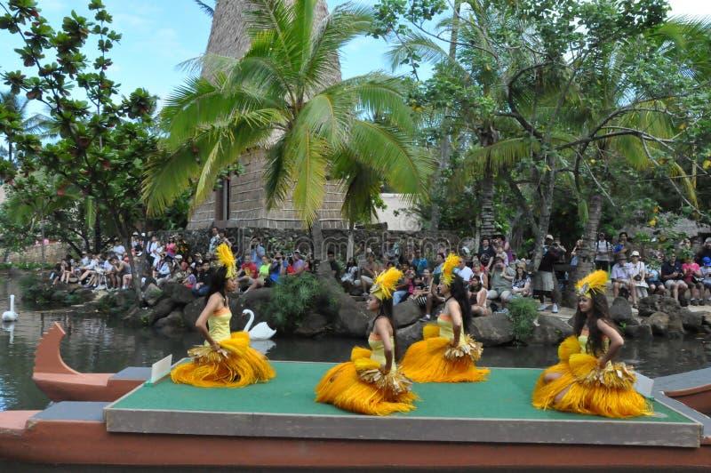 Tahitian dans på en kanotlysande festspel arkivfoton