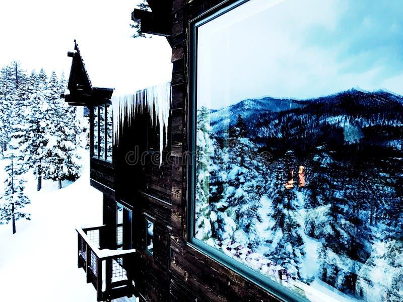 Tahoechalet in Sneeuw stock foto