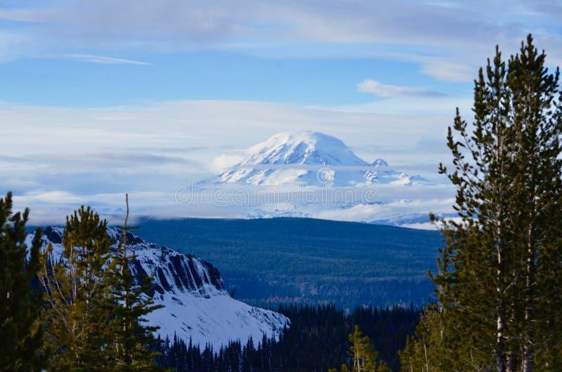 Tahoma: Mt Più piovoso dalla montagna di Darland, stagione in anticipo Ski Day remoto immagine stock