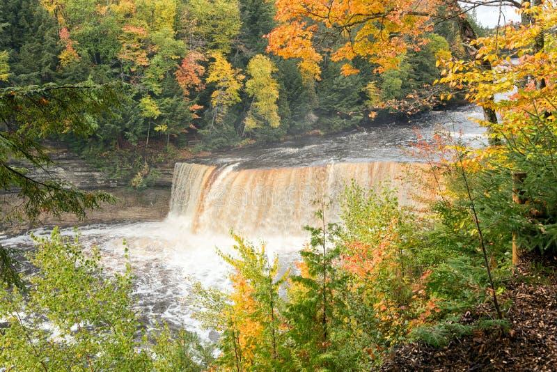 Tahquamenon nedgångar i höst - Michigan - övrehalvö arkivbild