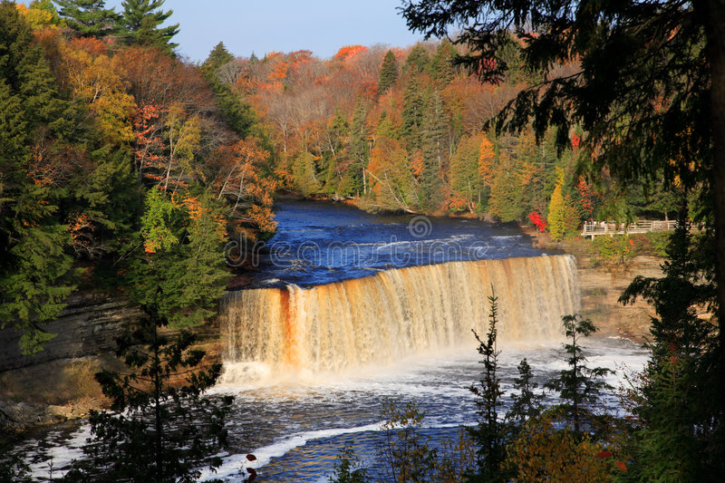 Tahquamenon superior cai no outono fotos de stock