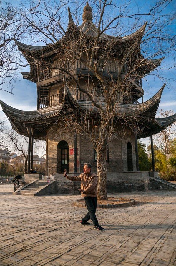 Tai Chi delante del pabellón de Changsheng, Yangzhou, China imágenes de archivo libres de regalías
