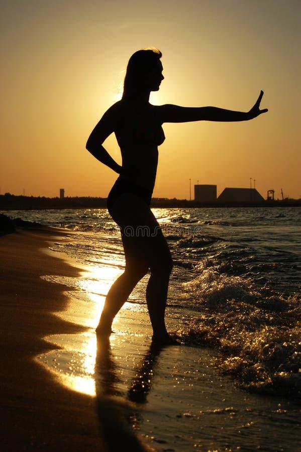 tai chi zachód słońca na plaży obraz royalty free