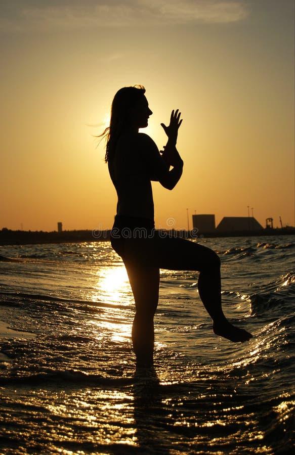 tai chi zachód słońca na plaży obrazy stock