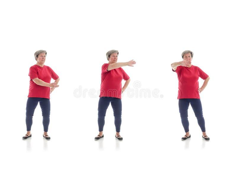 Tai chivormen door oudere vrouw worden uitgevoerd die stock fotografie