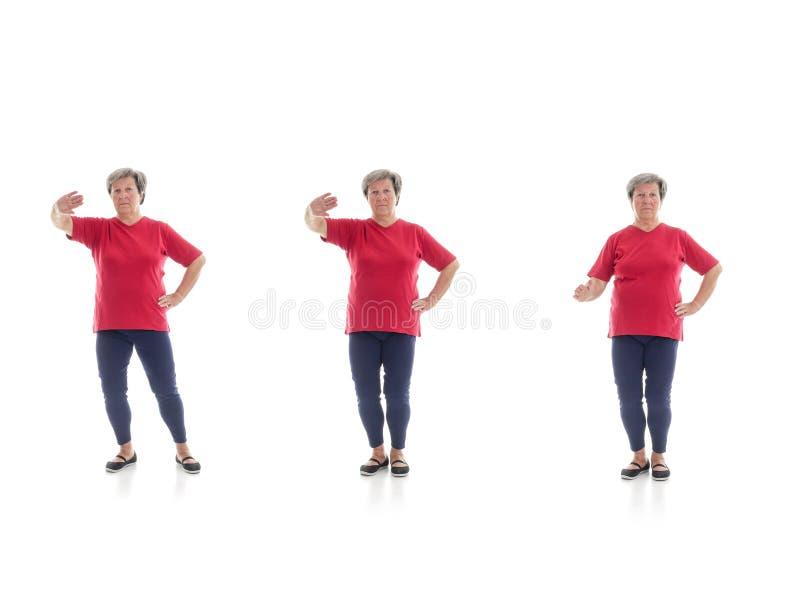 Tai chivormen door oudere vrouw worden uitgevoerd die stock foto